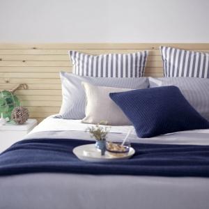 Tkaniny z motywem morskim będą doskonałym uzupełnieniem sypialni w czasie letnich dni. Niebieski kolor dodaje wnętrzom bowiem dużo energii. Fot. Secret Linen Store.