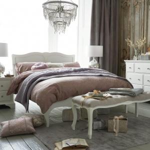 W eleganckiej sypialni aranżacja łóżka w lekkim nieładzie doda wnętrzu trochę nowoczesności. Doskonałym meblem do takich wnętrz są sypialniane ławki, których wykończone tkaniną siedzisko, dodaje wnętrzu eleganckiego klimatu. Fot. Next.