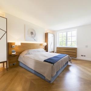 W minimalistycznej sypialni sprawdzi się prefekcyjna dekoracja łóżka. Narzuty warto dokładnie naciągnąć do brzegów materaca, zaś poduszki czy koc ułożyć niemalże pod linijkę. Fot. Ivar.