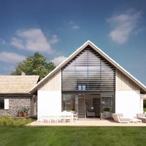 Tradycyjne materiały świetnie prezentują się również na elewacjach domów nowoczesnych. Tynk, szalówka drewniana i naturalny kamień zyskały świeży charakter dzięki połączeniu z bardzo dużym przeszkleniem. Proj. N11, S&O Projekty Sylwii Strzeleckiej.