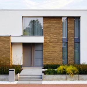 Klasyczna cegła zawsze dobrze prezentuje się na elewacjach, a w czasach mody na surowość w architekturze, świetnie współgra ze współczesną stylistyką. Oprócz tradycyjnej czerwonej barwy, producenci oferują również szereg rozwiązań o różnorodnych kolorach i fakturach. Fot. Röben.