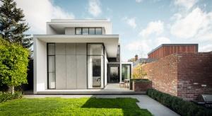 """Pozwoli zgadnąć gusta domowników, zaintryguje, sugerując możliwą stylistykę wnętrza. Będzie wizytówkąposesji oraz kropką nad """"i"""", nadającą charakter bryle budynku."""