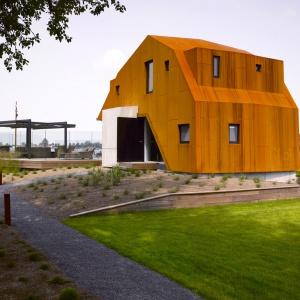 Corten bardzo dobrze łączy się z tak popularnymi materiałami, jak szkło, beton i drewno – stąd jego popularność we współczesnym budownictwie. Fot. Arend Loerts.