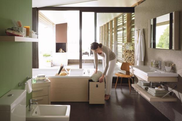 Schowki pod wanną – pomysły do małej łazienki