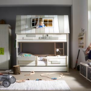 W takim łóżku z pewnością można nie tylko spać, ale i się świetnie bawić. Specjalna nakładka sprawi, że górna leżanka będzie wyglądała jak dach domku. Fot. HousingUnits.