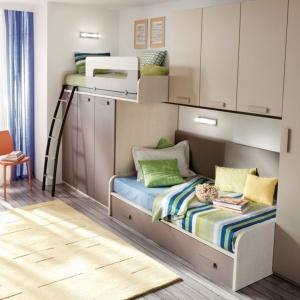 Doskonała zabudowa do małego pokoju. Mieszczą się w niej nie tylko dwa wygodne łóżka, z czego jedno ma także szufladę na pościel, ale także wygodne i funkcjonalne szafy. Fot. Muebles Lara.