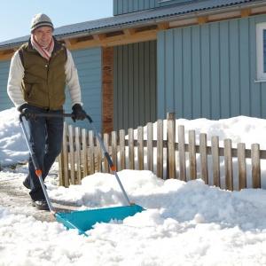 Kiedy zima daje się we znaki i konieczne staje się odśnieżanie dużych powierzchni, można to sprawnie zrobić szuflą do śniegu marki Gardena. Szerokość pracy wynosi 70 cm. Umożliwia to odśnieżanie dużej ilości śniegu za jednym razem. Trzystopniowy trzonek teleskopowy (ok. 30 cm) gwarantuje możliwość indywidualnego dopasowania do wzrostu użytkownika. Fot. Gardena.