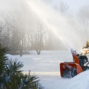 Husqvarna ST 230P przeznaczona jest dla właścicieli domów, którzy potrzebują wysokowydajnej maszyny do odśnieżania szerokich podjazdów do garażu czy ścieżek. Pracuje na każdym typie nawierzchni dzięki regulowanym stopkom antypoślizgowym. Została zaprojektowana, aby usuwać każdy rodzaj śniegu o grubości 10-30 cm. Fot. Husqvarna.