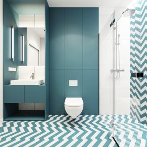 W łazience zrezygnowano z drewna, na rzecz jasnej, sterylnej bieli, która w połączeniu z wszechobecnym błękitem przywodzi na myśl marynistyczne klimaty. Projekt i wizualizacje: 081 Architekci.