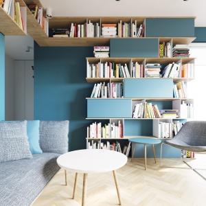 Aranżację salonu uzupełniają lekkie, przesuwne meble - nie obciążają one przestrzeni wizualnie i ułatwiają ewentualne zmiany w aranżacji. Projekt i wizualizacje: 081 Architekci.