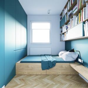 Lekturę przed snem ułatwi lampka nocna, zaplanowana na niewielkim, drewnianym blacie łączącym łóżko z jedną ze ścian pomieszczenia. Na ścianie przeciwległej zaplanowano wysoką zabudowę. Projekt i wizualizacje: 081 Architekci.