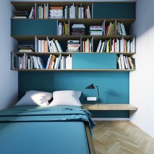 Ścianę nad łóżkiem w sypialni zabudowano asymetryczną zabudową, nawiązującą do mebli w salonie. Tutaj również zaplanowano miejsce na liczne książki. Projekt i wizualizacje: 081 Architekci.