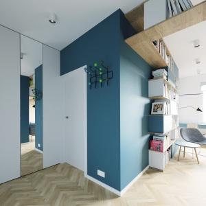 Dodatkowym elementem powiększającym przestrzeń jest poprowadzone wzdłuż ściany, od podłogi do sufitu, lustro. Projekt i wizualizacje: 081 Architekci.