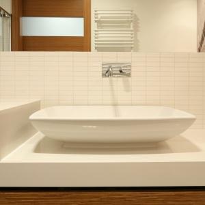 Ogromne lustro wizualnie powiększa małą i łazienkę oraz podkreśla urodę fototapety. Fot. Bartosz Jarosz.