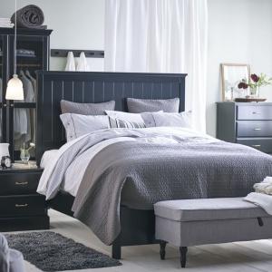 Meble w stylu rustykalnym doskonale prezentują się również w ciemnych kolorach. Nadają wnętrzu stylu i klasy. Fot. IKEA.