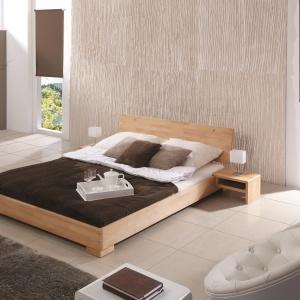 Rama łóżka Mola wykonana została z drewna bukowego. Delikatne rysunki drewna nadają sypialni naturalnego klimatu, a prosty zagłówek sprawia, że łóżko wkomponuje się w każdą aranżację. Fot. Beds.pl.
