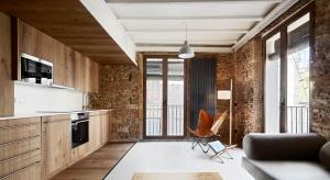 Na ścianach drewno, cegła i naturalny kamień. Sufit wspierają wyeksponowane belki stropowe, a całość ma niezwykle przytulny, rustykalny charakter.