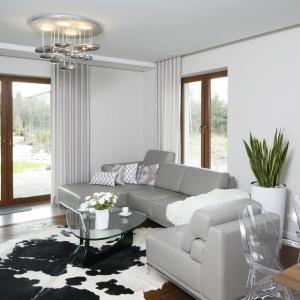W szarym salonie srebrny plafon podkreśla dekoracyjny charakter wnętrza. Projekt: Piotr Stanisz. Fot. Bartosz Jarosz.