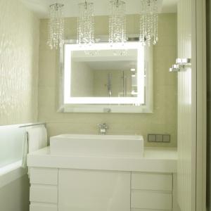 Wanna z parawanem, jasne kolory i dobre oświetlenie to pomysły na powiększenie łazienki. Powierzchnia: ok. 6 m². Projekt: Małgorzata Borzyszkowska. Fot. Bartosz Jarosz.