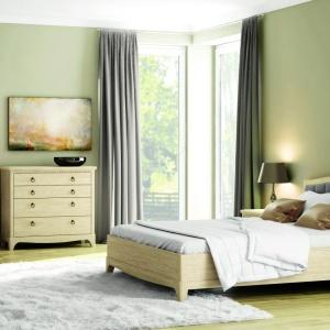 Sypialnia Gusta. W ramach zestawu dostępne jest łóżko z tapicerowanym zagłówkiem, szafki nocne, komodę z szufladami oraz pakowną trzydrzwiową szafę, której środkowe skrzydło wyposażono w lustro. Fot. Paged Meble.