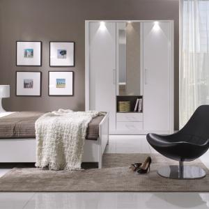 Sypialnia New York w modnym wykończeniu biel w połysku. Ciekawym elementem kolekcji jest łóżko z podświetlanym zagłówkiem. Fot. Stolwit.