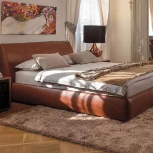Belcanto to łóżko tapicerowane elegancką skórą. Mebel ma również praktyczne funkcje, bowiem materac podnosi się i odsłania duży pojemnik na pościel. Fot. Kler.