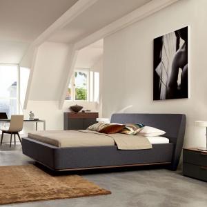 Zaletą łóżka z kolekcji Sera jest zupełnie nietuzinkowy kształt. Dzięki lekko pochylonej bryle, mebel zwraca na siebie uwagę. Fot. Huelsta.