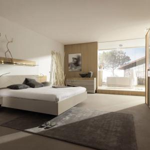 Kolekcja Cutaro dedykowana jest osobom, które kochają praktyczne rozwiązania. Łóżko z zintegrowanym panelem to nie tylko oszczędność miejsca, ale i ciekawy design. Fot. Huelsta.