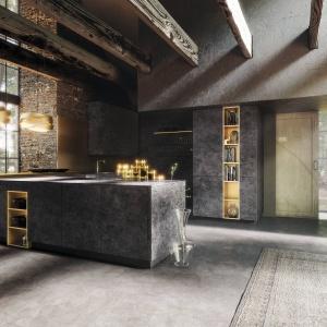Ceramiczne fronty od niemieckiej marki Alno potrzebują odpowiedniej, równie eleganckiej oprawy. Dlatego tak dobrze prezentują się w towarzystwie dekoracyjnych lamp w kolorze złota. Fot. Alno, meble z programu Alnocera.