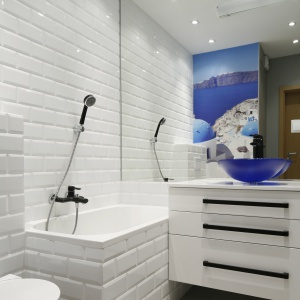 Duże lustra dwa razy powiększą małą łazienkę. Powierzchnia: ok. 4 m². Projekt: Ewelina Para. Fot. Bartosz Jarosz.