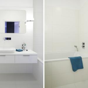 Mała łazienka w białym kolorze wydaje się dużo większa. Powierzchnia: ok. 5 m². Projekt: Maciejka Peszyńska-Drews. Fot. Bartosz Jarosz.