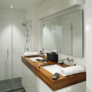 Jednolita podłoga w całej łazience (także w kabinie) nie zmniejsza łazienki. Powierzchnia: ok. 8 m². Projekt: Wojciech Stanczykiewicz. Fot. Bartosz Jarosz.