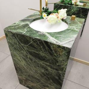 Toaleta dla gości: blat umywalkowy i jego obudowa to zielony marmur. Projekt: Alina Grzybowska, Konstanty Jeżewski. Fot. Bartosz Jarosz.