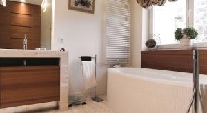 Im większy blat umywalkowy w łazience, tym wygodniej ustawiać na nim przybory i kosmetyki. Można go wykonać na zamówienie, pod wymiar łazienki. Bardzo trwały jest naturalny kamień.