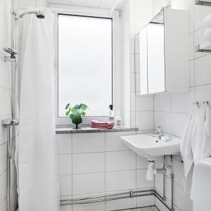 W łazience - podobnie, jak w całym mieszkaniu - króluje biel. Tutaj postawiono jednak na całkowitą prostotę bez zbędnych zdobień. Liczy się funkcjonalność. Fot. Vastanhem.se.