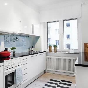 Na podłodze w kuchni również położono drewno. Tutaj jednak parkiet zastąpiono deskami, a kolor jest jaśniejszy, zimniejszy, bardziej nordycki. Fot. Vastanhem.se.