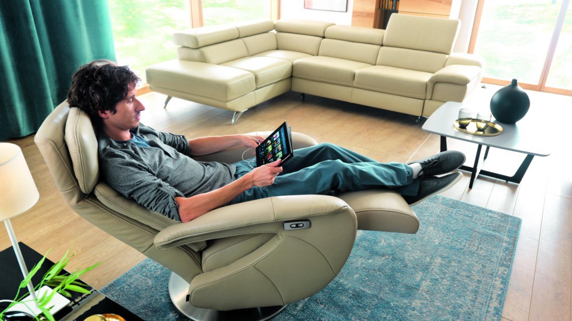 Frida to fotel wyposażony w funkcję relax manualną lub elektryczną. Dzięki sensorom elektrycznym możemy płynnie regulować stopień nachylenia siedziska. Obrotowa podstawa pozwala bezproblemowo ukierunkować fotel. Fot. Gala Collezione