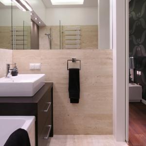 Niewielka łazienka z podwieszanym sufitem – dodatkowo dużą ilość światła zapewniają punktowe lampki. Projekt: Małgorzata Mikulska-Sękalska. Fot. Bartosz Jarosz.