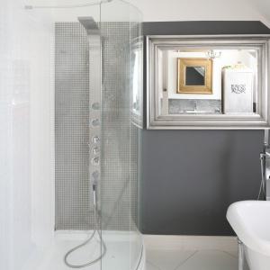 Umieszczone naprzeciwko siebie lustra powiększają wizualnie łazienkę. Dzięki temu łazienka jest jaśniejsza. Fot. Bartosz Jarosz.