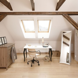 Strefę pracy stanowi niewielki stolik na stylizowanych nogach, funkcjonujący jako biurko. Ustawiony bezpośrednio pod oknami połaciowymi jest dobrze oświetlony naturalnym światłem, co ułatwia pracę. Projekt: Piotr Stanisz. Fot. Bartosz Jarosz.