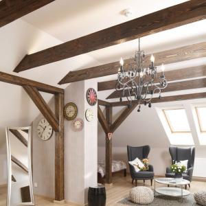Przytulny, nieco rustykalny charakter mieszkaniu nadają drewniane, niepomalowane belki stropowe. Projekt: Piotr Stanisz. Fot. Bartosz Jarosz.