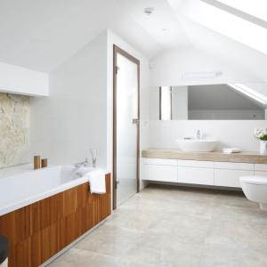 Dzięki zastosowaniu naturalnych materiałów, jak drewno i kamień łazienka zyskała charakter salonu kąpielowego. Projekt: Piotr Stanisz. Fot. Bartosz Jarosz.