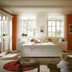 Sypialnia Pisa marki Telmex nawiązuje do prowansalskiej stylistyki. Dzięki lustrom zamontowanym na drzwiach szafy pomieszczenie nabiera przestrzeni. Fot. Telmex.