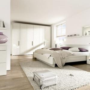 Biel w sypialni to doskonałe rozwiązanie do pomieszczeń małych, ponieważ je optycznie powiększa. Na zdjęciu kolekcja Ceposi. Fot. Huelsta.