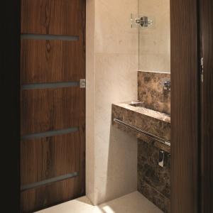 WC dla gości: tylko beż, ciemny brąz oraz drewno. Powierzchnia: ok. 2 m². Projekt: Piotr Gierałtowski. Fot. Bartosz Jarosz.