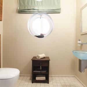 Beżowa łazienka z błękitną umywalką. Powierzchnia: ok. 4 m². Projekt: Mariola i Radosław Świgulscy. Fot. Bartosz Jarosz.