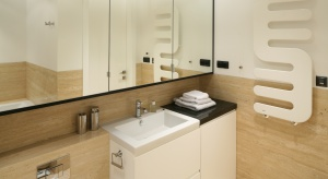 Beż to bezpieczny wybór do łazienki. Jest spokojny oraz neutralny. Aby się znudził, warto go zestawiać z innymi kolorami.