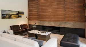 Jednorodzinny dom położony wśród malowniczych terenów parku Cedarvale w Toronto zachwyca eleganckim wystrojem, czerpiąc jednocześnie z otaczającej go natury. Tutaj zieleń krajobrazu jest pełnoprawnym elementem dekoracyjnym za sprawą dużych, pa