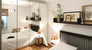 Mała sypialnia bywa trudna do urządzenia. Są jednak proste sposoby, aby ją optycznie powiększyć.