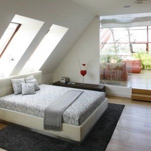 Duża sypialnia z wyjściem na oranżerię to wnętrze, które służy przede wszystkim odpoczynkowi. . Projekt Alina Grzybowska, Konstanty Jeżewski. Fot. Bartosz Jarosz.